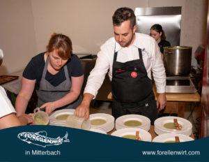 Kevin Kern beim Anrichten der Suppen - tafeln.at