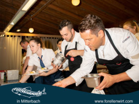 Mike Süßer und Kevin Kern beim Anrichten des Desserts - Mühlviertlerisch Tafeln