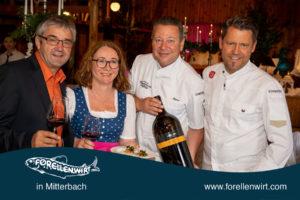 Winzer Waldschütz, Doris Kastler, Karlheinz Pernausl und Mike Süßer präsentieren den Wein zu Mühlviertlerisch Tafeln