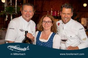 Karlheinz Pernausl, Doris Kastler und Mike Süßer präsentieren den Wein zu Mühlviertlerisch Tafeln