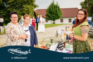 Katrin Pesendorfer (The Herbal Nerd) beim Verkosten mit Gästen