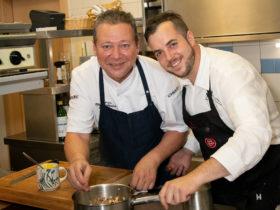 Karlheinz Pernausl und Kevin Kern bei den Vorbereitungen zu Mühlviertlerisch Tafeln
