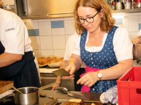 Herzhaft Speisen beim Forellenwirt - Chefin Doris in der Küche