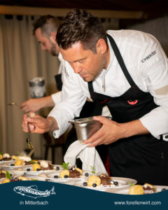 Mike Süßer konzentiert beim Dessert-Finishing
