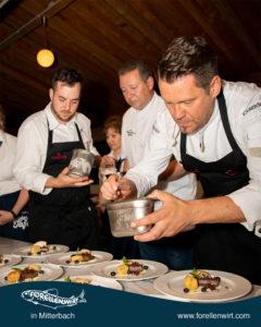 Kevin Kern, Karlheinz Pernausl und Mike Süßer bei Anrichten des Desserts - MV Tafeln