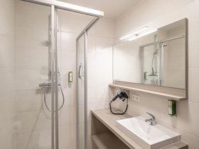Badezimmer mit Fön, Duschgel und Handtüchern - rundum sorglos beim Forellenwirt